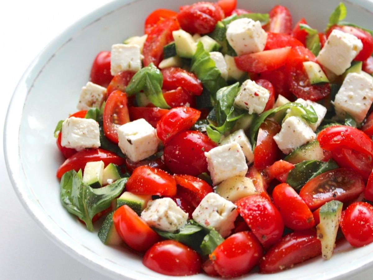Salade met feta, tomaat en courgette