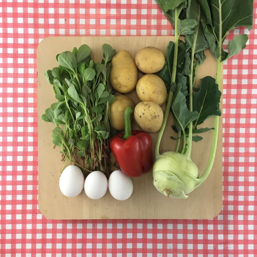 Maaltijdsalade van zomerpostelein en koolrabi