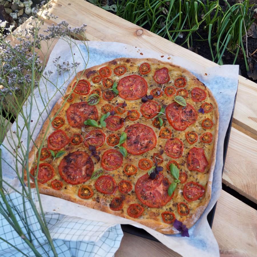 Plaattaart met tomaat