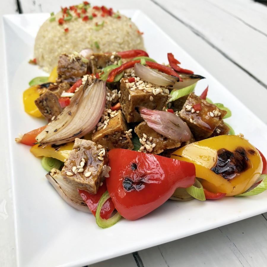 Tofu met roerbakken paprika en quinoa
