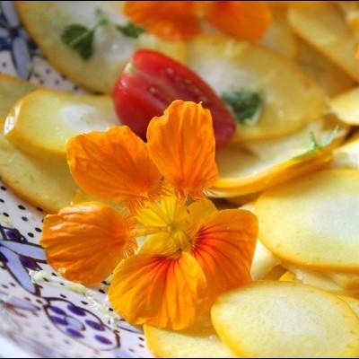 Zonnige salade van gele courgette