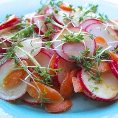Frisse salade met wortel en radijs