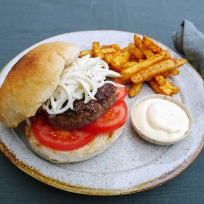 Broodje hamburger met knolselderijfriet