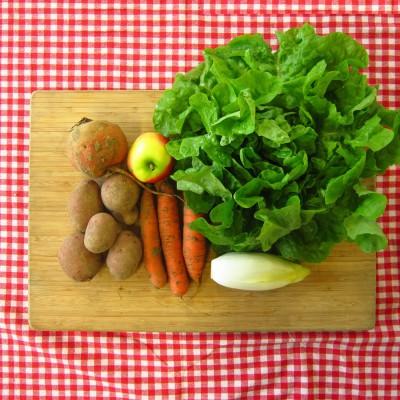 Maaltijdsalade van aardappel, wortel en appel