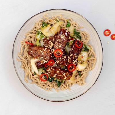 Noodles met tempeh en sticky saus