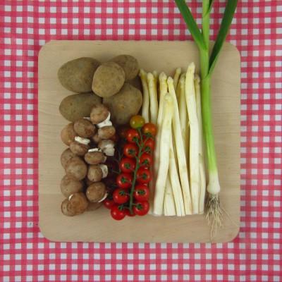 Roerbak van asperges, knoflook en tomaat