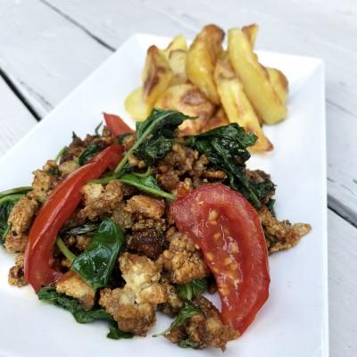 Tofu gehakt met spinazie, tomaat en aardappeltjes
