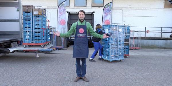 Initiatiefnemer Maarten Bouten staat voor het verzamelpunt in Rotterdam